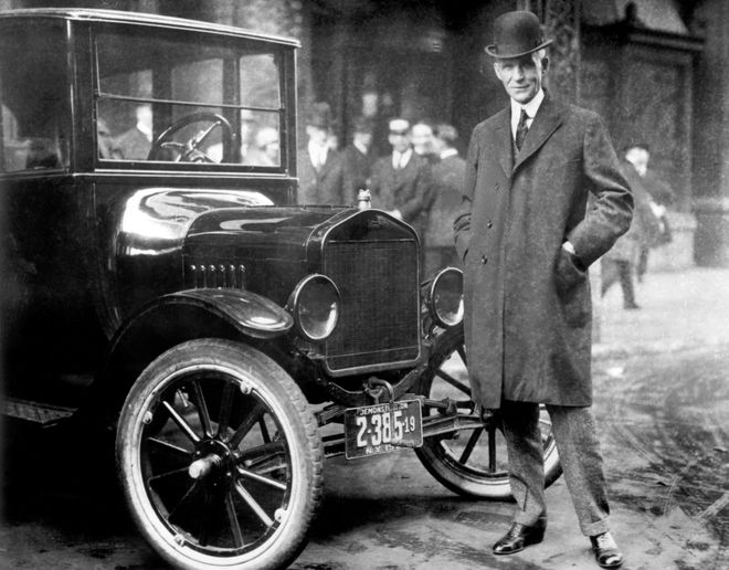 Генри Форд рядом с Ford Model T.